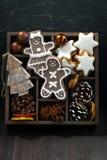 Símbolos de la Navidad en una caja de madera en fondo de madera oscuro Imágenes de archivo libres de regalías