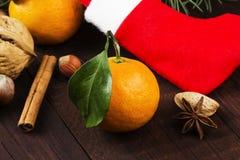 Símbolos de la Navidad - media, abeto, mandarinas, canela, al Fotografía de archivo libre de regalías