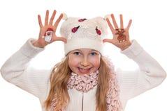 Símbolos de la Navidad pintados en las manos Árbol de navidad y hombre de la nieve Fotos de archivo