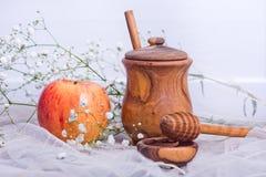 Símbolos del hashanah, de la manzana y de la miel del rosh Foto de archivo libre de regalías