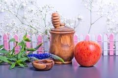 Símbolos del hashanah, de la manzana y de la miel del rosh imagen de archivo