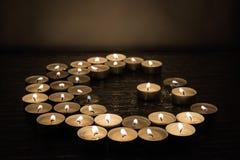 Símbolos del Islam Luces de la vela en fondo negro imágenes de archivo libres de regalías