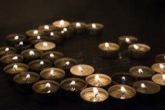 Símbolos del Islam Luces de la vela en fondo negro foto de archivo