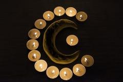 Símbolos del Islam Luces de la vela en fondo negro Fotografía de archivo
