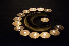 Símbolos del Islam Luces de la vela en fondo negro Foto aislada extracto foto de archivo