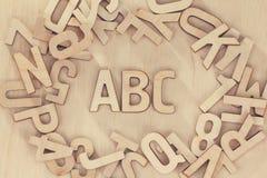 Símbolos determinados de las letras de madera del alfabeto, fondo de madera Concepto de la educación de ABC Fotos de archivo libres de regalías