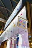 Símbolos divertidos del lavabo del wc - muestra del retrete en aeropuerto público imágenes de archivo libres de regalías
