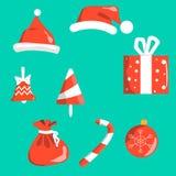 Símbolos do Natal dos objetos vermelhos com o branco isolado no fundo Tampão de Santa s, sino, bola da decoração da Natal-árvore, ilustração stock