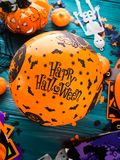 Símbolos do partido de Dia das Bruxas na obscuridade Fotos de Stock Royalty Free