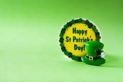 Símbolos do St Patrick Day no fundo verde imagem de stock royalty free