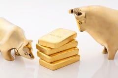 Símbolos dos mercados de Bull e de urso com barras de ouro Imagens de Stock Royalty Free