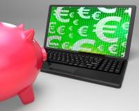 Símbolos euro en el ordenador portátil que muestra finanzas del europeo Fotografía de archivo