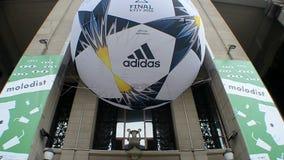 Símbolos finales de la liga de campeones de UEFA (bola) en Kiev, Ucrania, almacen de metraje de vídeo