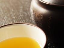 Símbolos japoneses con té verde Foto de archivo libre de regalías