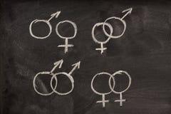 Símbolos masculinos e fêmeas do género no quadro-negro Fotografia de Stock Royalty Free