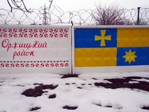 Símbolos nacionais e bandeiras dos distritos da região de Poltava foto de stock royalty free