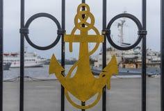 Símbolos navais nos trilhos do metal dos navios de guerra da doca foto de stock royalty free