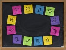 Símbolos occidentales del zodiaco en la pizarra Imagen de archivo