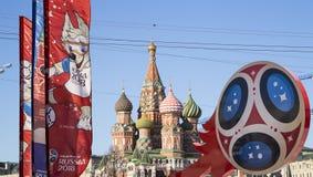 Símbolos oficiales del mundial 2018 de la FIFA en Rusia contra la perspectiva de las señales de Moscú Fotos de archivo