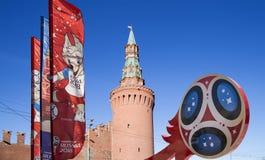 Símbolos oficiales del mundial 2018 de la FIFA en Rusia contra la perspectiva de las señales de Moscú Imágenes de archivo libres de regalías