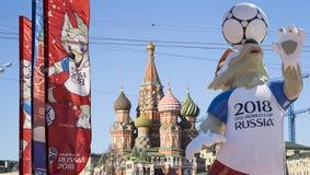 Símbolos oficiales del mundial 2018 de la FIFA en Rusia contra la perspectiva de las señales de Moscú Foto de archivo libre de regalías
