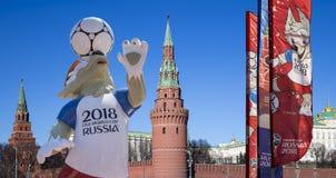 Símbolos oficiales del mundial 2018 de la FIFA en Rusia contra la perspectiva de las señales de Moscú Imagen de archivo libre de regalías