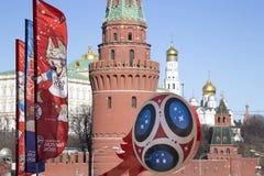 Símbolos oficiales del mundial 2018 de la FIFA en Rusia contra la perspectiva de las señales de Moscú Imagenes de archivo