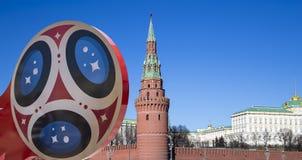 Símbolos oficiales del mundial 2018 de la FIFA en Rusia contra la perspectiva de las señales de Moscú Imagen de archivo