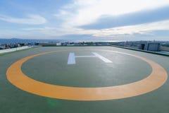 Símbolos para el aparcamiento del helicóptero en el tejado de un edificio de oficinas foto de archivo libre de regalías