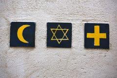 Símbolos religiosos: creciente islámico, la estrella de David judío, cruz cristiana imagen de archivo
