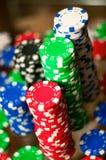 Símbolos rojos, azules, verdes y negros del casino foto de archivo