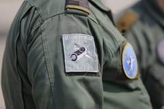 Símbolos romenos da força aérea em um uniforme do soldado fêmea foto de stock