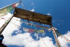 El rezo señala y rueda adentro el cielo por medio de una bandera azul de Langtang Fotos de archivo