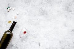 Síndrome Hungover alcoholism Vidro e comprimidos no espaço cinzento da cópia da opinião superior do fundo imagens de stock royalty free