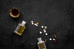 Síndrome Hungover alcoholism Vidro e comprimidos no espaço preto da cópia da opinião superior do fundo imagem de stock