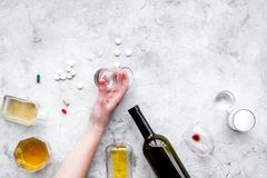 Síndrome Hungover alcoholism Vidro, garrafa e comprimidos no espaço cinzento da cópia da opinião superior do fundo foto de stock