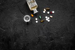 Síndrome Hungover alcoholismo Vidrio y píldoras en espacio negro de la copia de la opinión superior del fondo Imagenes de archivo