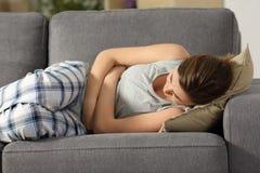Síntomas sufridores adolescentes de los pms del vientre fotos de archivo