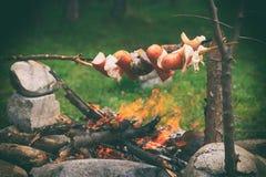 Sаusages和烟肉在壁炉 免版税库存照片
