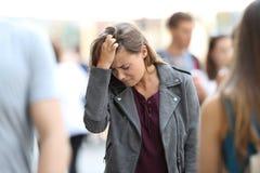 Só adolescente deprimido do sentimento cercado por povos Fotos de Stock