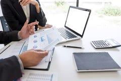 Sócio da equipe do negócio que encontra o funcionamento e a negociação que analisam com dados financeiros e que introduz no m foto de stock