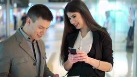 Sócios comerciais bem sucedidos em uma reunião no centro de comércio video estoque