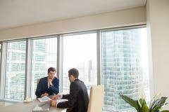 Sócios comerciais bem sucedidos que encontram-se no escritório Fotografia de Stock Royalty Free