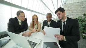 Sócios comerciais da reunião de negócios vídeos de arquivo