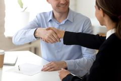 Sócios comerciais diversos que começam negociações agitar as mãos fotos de stock royalty free