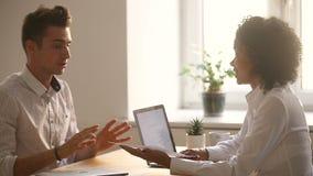 Sócios comerciais novos diversos que negociam sob o contrato, aperto de mão que faz o negócio