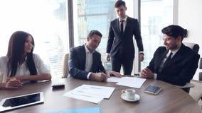 Sócios comerciais que assinam o contrato