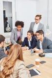 Sócios comerciais que discutem em uma negociação fotos de stock royalty free