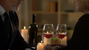 Sócios comerciais que discutem notícias ou casos no jantar, reunião inofficial video estoque
