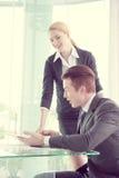Sócios comerciais que discutem originais e ideias na reunião Fotos de Stock Royalty Free